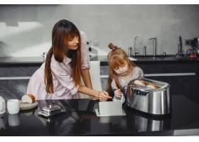 母亲和女儿在厨房里_3826840