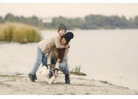 母亲和女儿在玩狗宠物家畜和生活方式概_11191252