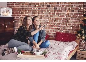 密友们一起在卧室里过圣诞节_11776171