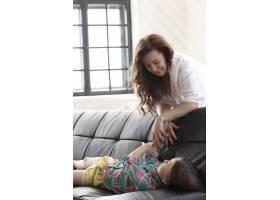 母亲和女儿坐在沙发上_10446299