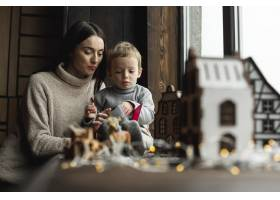 母亲和她的儿子一起玩耍_10850823