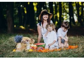 母亲和她的儿子们在森林里野餐_10298648
