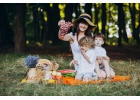 母亲和她的儿子们在森林里野餐_10298649