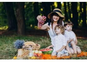 母亲和她的儿子们在森林里野餐_10298657