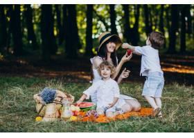 母亲和她的儿子们在森林里野餐_10298673