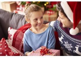 小女孩和爸爸一起过圣诞节_11820231