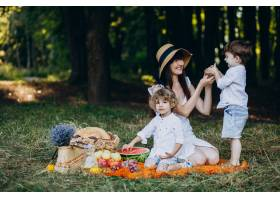 母亲和她的儿子们在森林里野餐_10298683