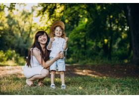 母亲和她的儿子在公园里玩得很开心_10298753