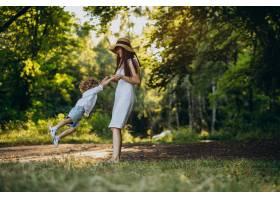 母亲和她的儿子在公园里玩得很开心_10298757