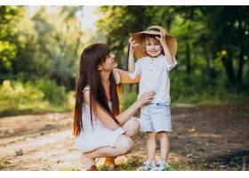 母亲和她的儿子在公园里玩得很开心_10298758