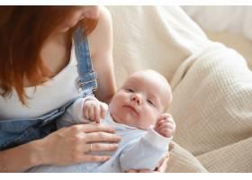 母亲和她的孩子在室内摆姿势_11193583