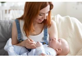 母亲和她的孩子在室内摆姿势_11193587