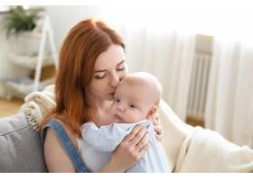 母亲和她的孩子在室内摆姿势_11193590