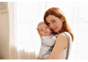母亲和她的孩子在室内摆姿势_11193595