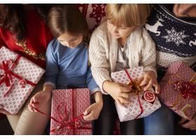 小孩子们已经准备好打开圣诞礼物了_11820235