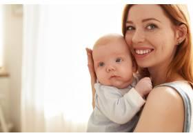 母亲和她的孩子在室内摆姿势_11193598