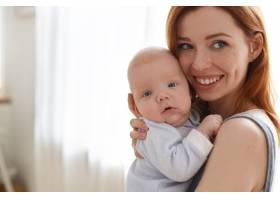 母亲和她的孩子在室内摆姿势_11193600