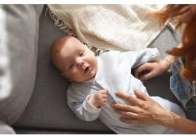 母亲和她的孩子在室内摆姿势_11193602
