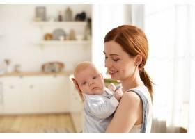 母亲和她的孩子在室内摆姿势_11193607
