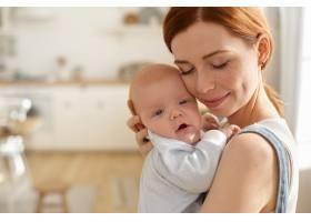 母亲和她的孩子在室内摆姿势_11193608