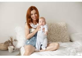 母亲和她的孩子在室内摆姿势_11193622