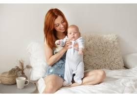 母亲和她的孩子在室内摆姿势_11193627