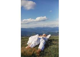 山里的老男人和老女人日落时分相爱的成年_10884964