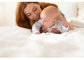 母亲和她的孩子在室内摆姿势_11193632
