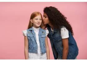 工作室写真年轻可爱的长发女孩穿着牛仔裤_11863446