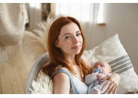 母亲和她的孩子在室内摆姿势_11193643