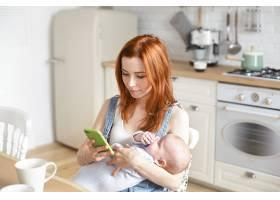 母亲和她的孩子在室内摆姿势_11193644