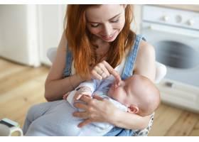 母亲和她的孩子在室内摆姿势_11193648
