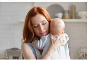 母亲和她的孩子在室内摆姿势_11193653
