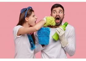 已婚夫妇一起打扫房子的照片与洗衣粉海_11436834