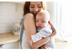 母亲和她的孩子在室内摆姿势_11193662
