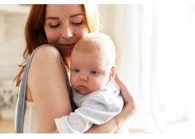 母亲和她的孩子在室内摆姿势_11193663