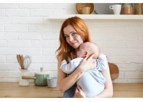 母亲和她的孩子在室内摆姿势_11193666