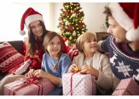 带着圣诞礼物的相亲相爱的家庭_11820298