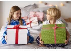 带着大圣诞礼物的慈爱的兄弟姐妹_11727705