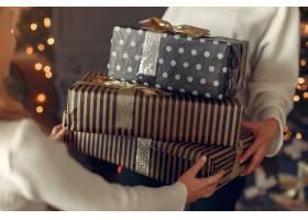 母亲带着可爱的女儿在圣诞树附近的家里_11242856