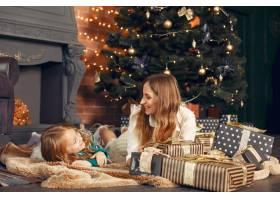 母亲带着可爱的女儿在家中靠近壁炉的地方_11243484