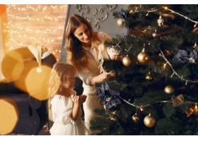 母亲带着可爱的女儿在家中靠近壁炉的地方_11243531