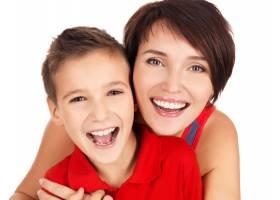 带着8岁的儿子在白色背景上开心地笑着的年_11177043
