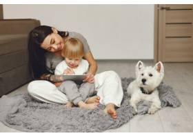母亲和小儿子在家里陪狗玩得很开心_6632005