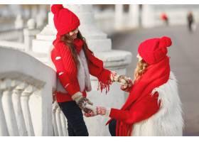 带着冬帽的母亲和孩子在家庭圣诞假期为妈_10701092