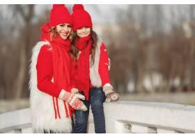 带着冬帽的母亲和孩子在家庭圣诞假期为妈_10883818