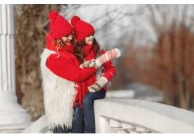 带着冬帽的母亲和孩子在家庭圣诞假期为妈_10883821