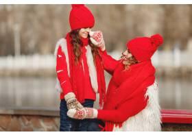 带着冬帽的母亲和孩子在家庭圣诞假期为妈_10884562