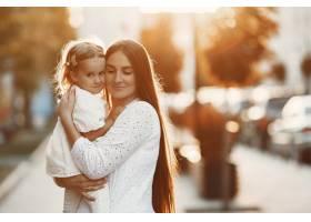母亲和屠夫一起玩耍穿着白色连衣裙的女人_11155006