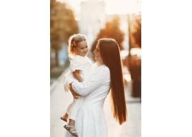 母亲和屠夫一起玩耍穿着白色连衣裙的女人_11155010